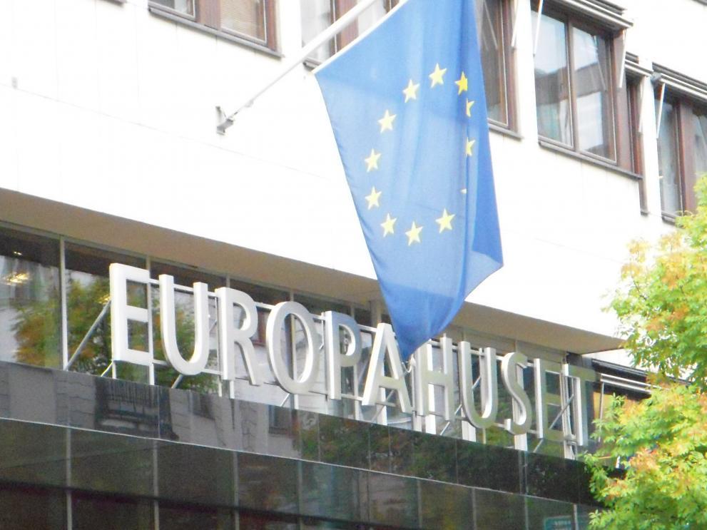 Europahuset fasad, med EU-flaggan och skylt med Europahuset i stora boksta ovanför entrén.
