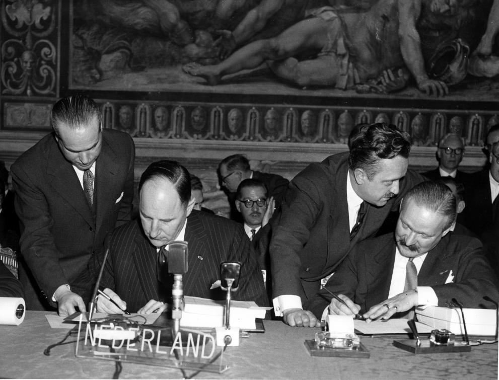 Joseph Luns och Johannes Linthorst-Homan (till vänster) signerar Romfördraget för Nederländerna, här i sällskap av Christian Calmes, generalsekreterare för dåvarande Kol- och Stålunionen.