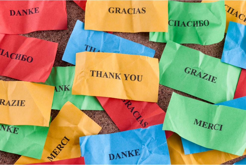 Lappar i olika färger med tack på olika språk