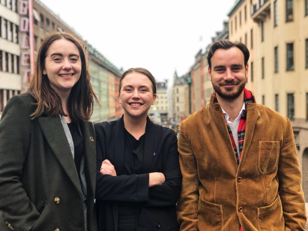 Evelina, Julia och Isaac på Kungsbron med utsikt över Kungsgatan